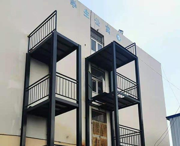 黄海学院消防楼梯主体吊装完毕!