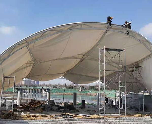青岛蓝色创智新区体育中心广场膜结构布安装中